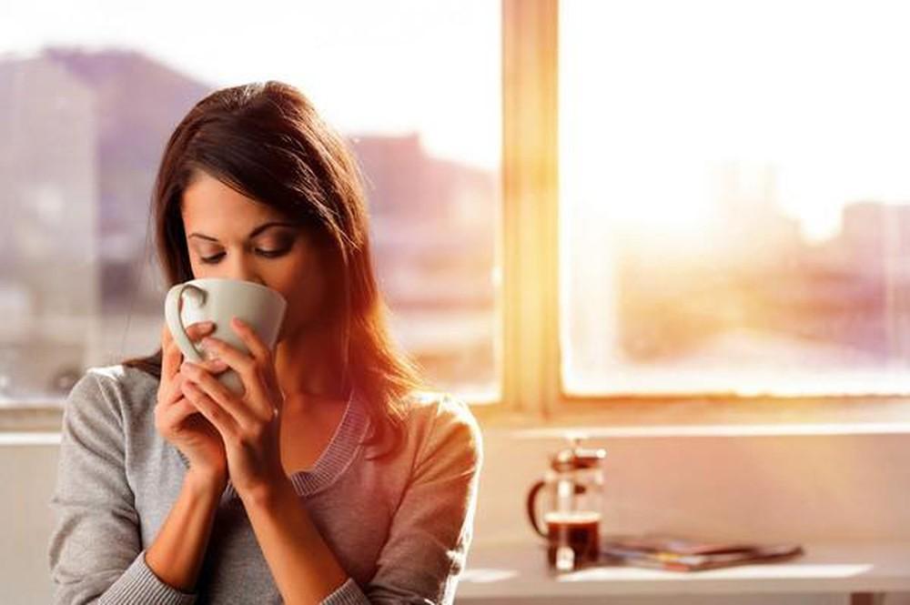 """Thói quen uống cà phê của nhiều người Cà phê được con người phát hiện từ lâu và nhiều người xem đây là thức uống yêu thích mỗi ngày. Họ uống vào mỗi buổi sáng, mỗi buổi trưa, buổi chiều và cả buổi tối. Thậm chí, nhiều người coi cà phê là """"thần dược"""" vì có thể """"đánh bay"""" cơn buồn ngủ, giúp họ tỉnh táo, tập trung và làm việc hiệu quả hơn. Chưa kể, cà phê còn mang lại nhiều lợi ích tốt cho sức khỏe con người như tốt cho hệ thần kinh, tốt cho người bị bệnh tiểu đường, giúp giảm cân, tăng khả năng vận động,… Thậm chí, trong nhiều nghiên cứu, các chuyên gia hàng đầu còn chứng minh được uống cà phê còn giúp con người ngăn ngừa được nhiều loại ung thư quái ác.  Thế nhưng, không nhiều người biết rằng cà phê chỉ phát huy tác dụng của nó khi con người uống cà phê đúng thời điểm, đúng liều lượng, không uống quá nhiều hay hạn chế uống cà phê vào ban đêm,…. Nhắc đến đây, nhiều người có thói quen thưởng thức cà phê cũng được khuyên nên uống một ít nước trước khi uống cà phê và đặc biệt không nên uống bia, rượu trước khi uống cà phê.  Hãy cùng tìm hiểu kỹ hơn mọi người nhé! Vì sao nên uống nước lọc trước khi uống cà phê?  Cà phê được biết là một loại thức uống có tính axit, các nhà khoa học đã tìm ra cà phê có độ pH bằng 5. Khi bụng đói mà uống cà phê vào, nồng độ axit trong dạ dày sẽ tăng lên và dẫn đến sự xuất hiện của các triệu chứng như ợ chua, khó tiêu, bụng khó chịu, lâu dần dẫn đến bệnh viêm, loét dạ dày và thậm chí là ung thư dạ dày. Đây là tác dụng không mong muốn nhưng thường xuyên xảy ra với nhiều người. Nhất là những người bận rộn với công việc không có thời gian ăn sáng hay những người lười ăn sáng và chỉ muốn thưởng thức ngay cà phê.  Có thể thấy, cà phê có tác dụng lên dạ dày và thường là tác dụng xấu. Chính vì vậy, để uống cà phê mỗi ngày mà không ảnh hưởng đến dạ dày bạn nên uống một ít nước lọc để làm loãng mức axit trong dạ dày. Cần nhớ rằng, kể cả khi đói hay no, axit có trong cà phê cũng có thể có tác dụng phụ không mong muốn đối với chiếc dạ dày thân yêu của b"""